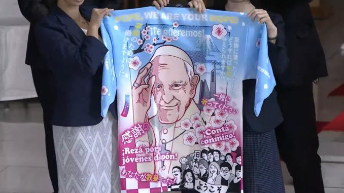 Papst trägt Anime-Merch bei seinem Besuch in Japan